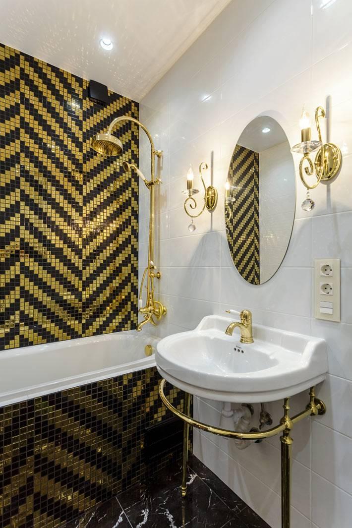 черно-золотая плитка мозаика в белом интерьере ванной