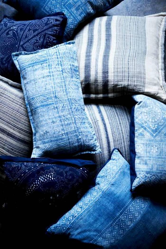 подушки синего цвета для интерьера