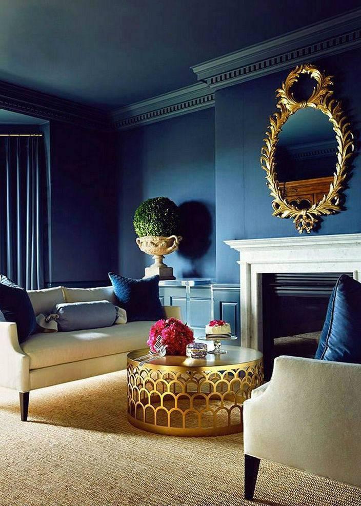 красивый темно-синий цвет стен в интерьере гостиной