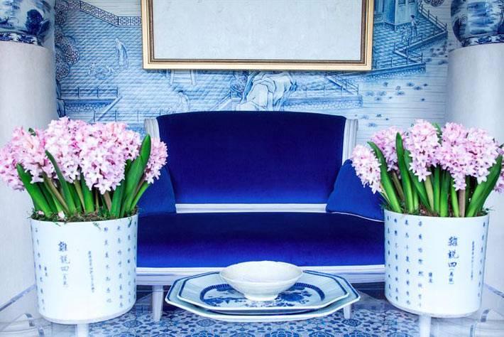 синий цвет в интерьере прекрасно сочетается с белым и золотым