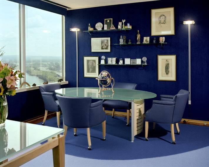 интерьер офиса темно-синего цвета