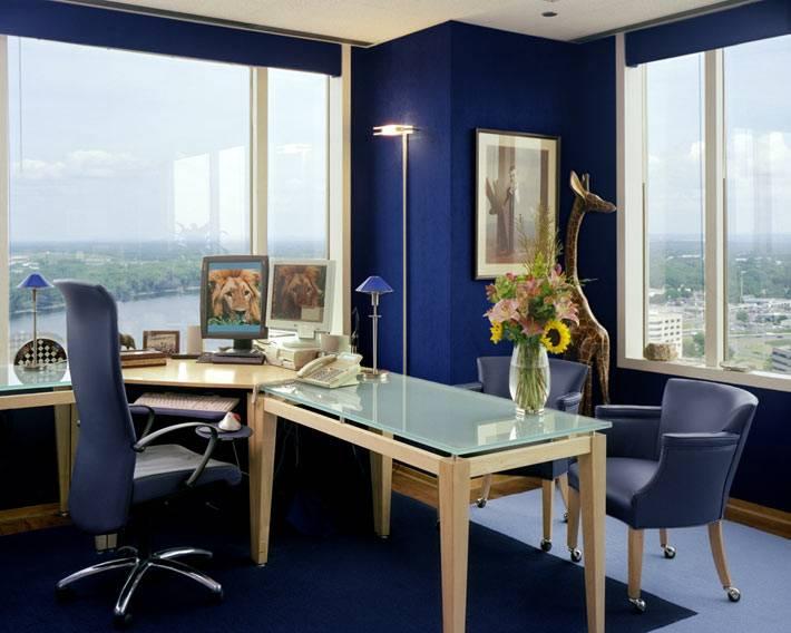 темно-синий цвет для стен в интерьере с панорамным видом