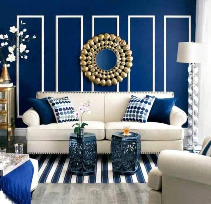красивый интерьер гостиной синего цвета с белым декором