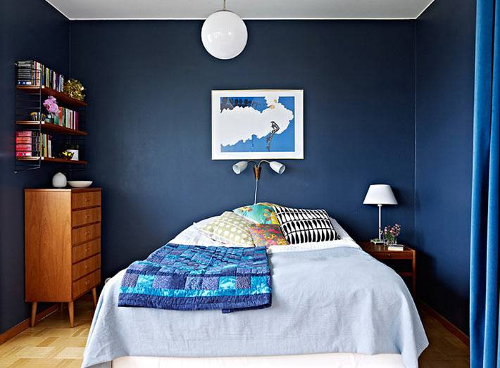 синие стены в интерьере спальной комнаты