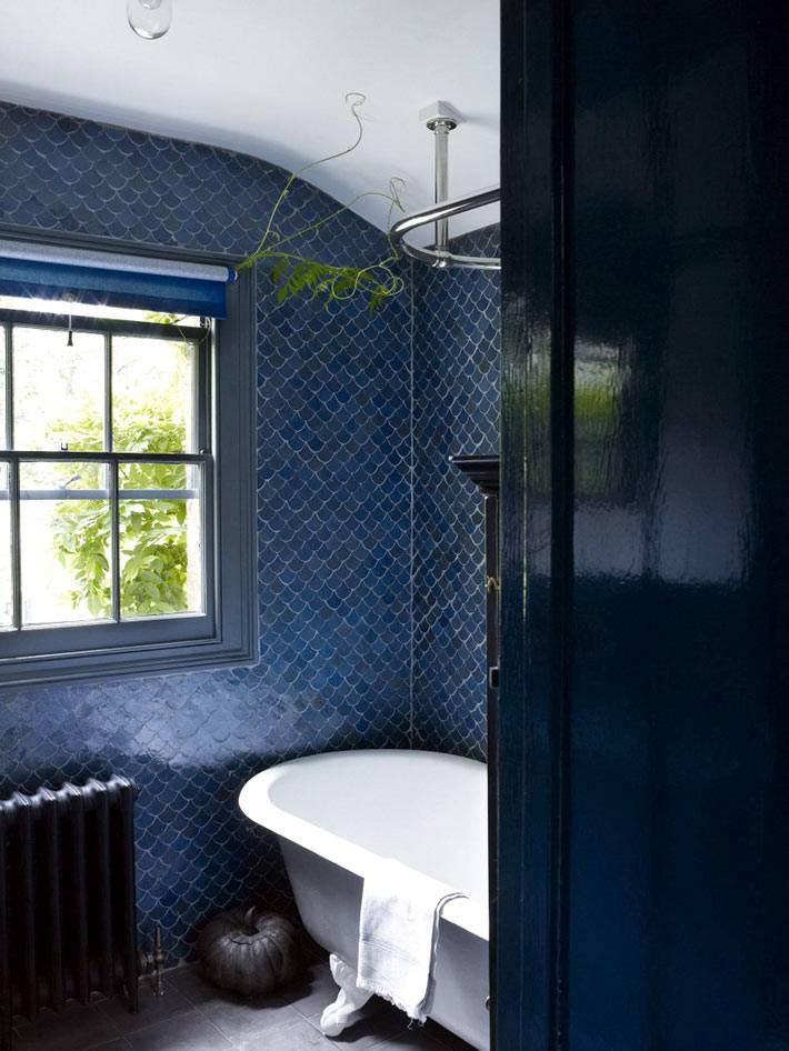темно-синяя плитка в интерьере ванной комнаты