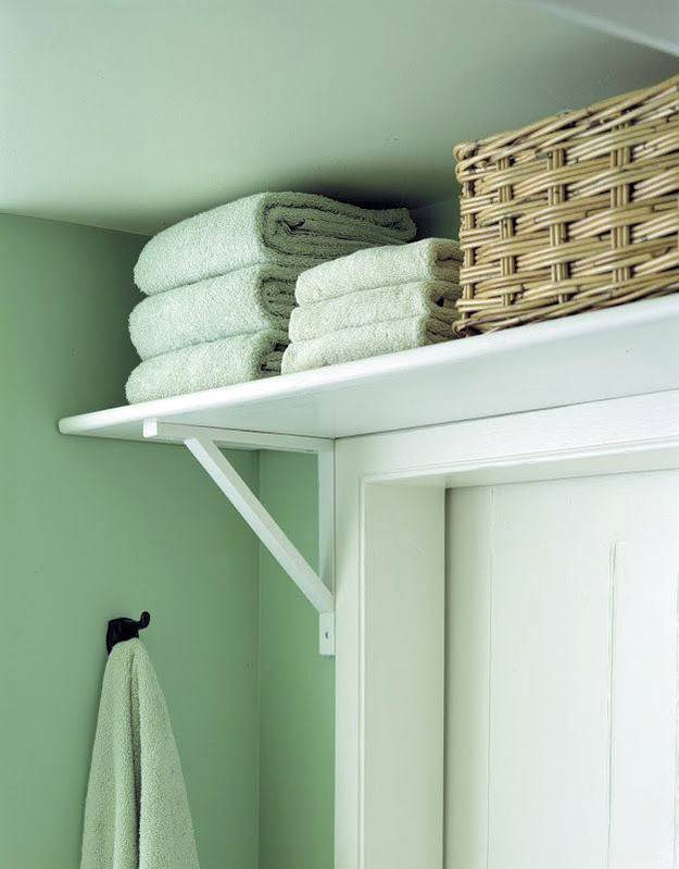 хранение на полке над дверью ванной комнаты