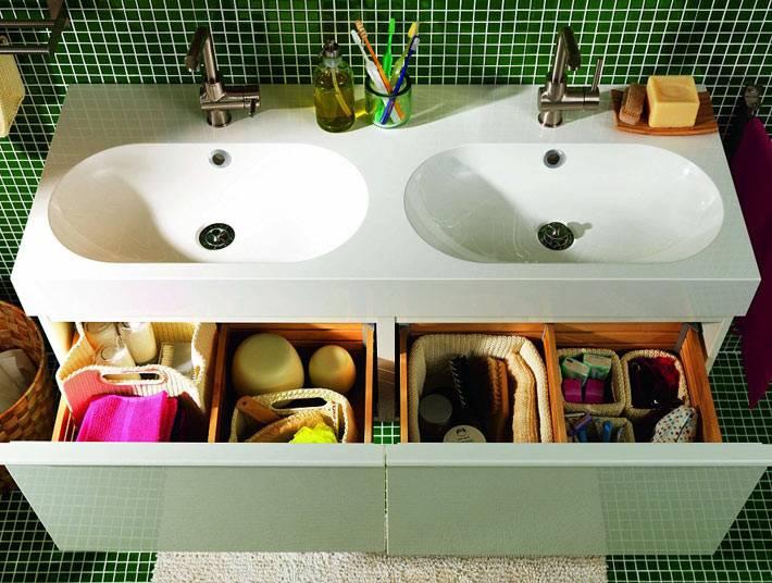 организация хранения в ящиках в маленькой ванной комнате