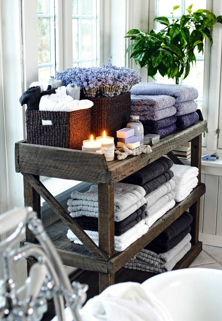 деревянный стеллаж для хранения полотенец в ванной