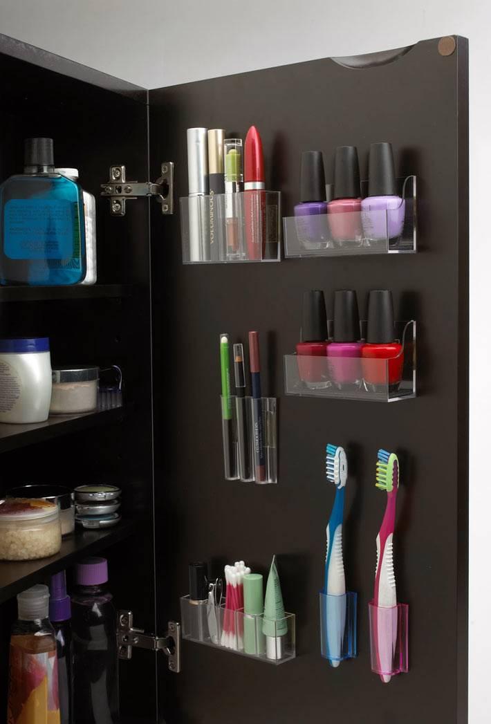 интересные идеи хранения на дверцах в ванной комнате
