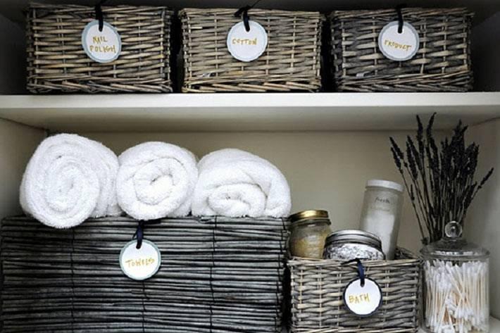 хранение полотенец и банок в плетеных корзинках фото