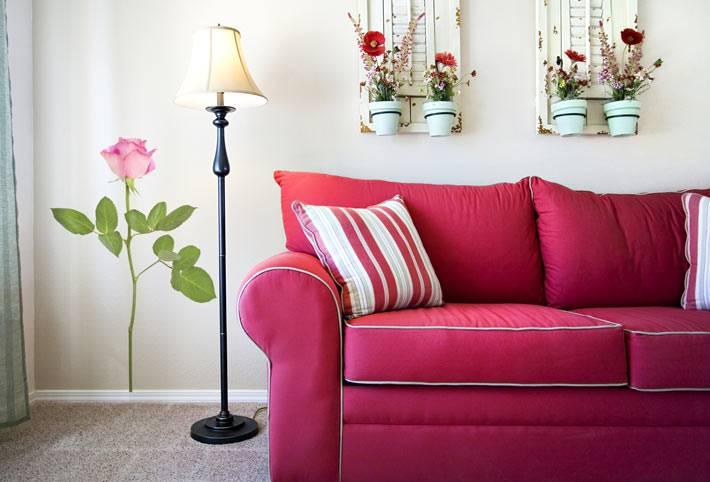 ярко-малиновый диван в дизайне интерьера комнаты
