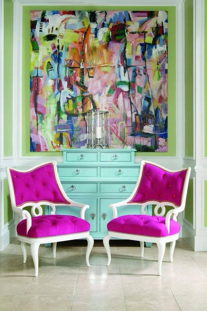 яркие стулья в розовом цвете в дизайне интерьера фото