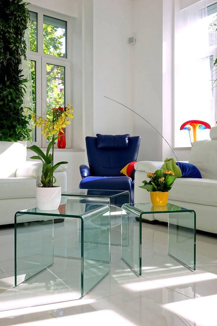 синее кресло в белом дизайне интерьера фото