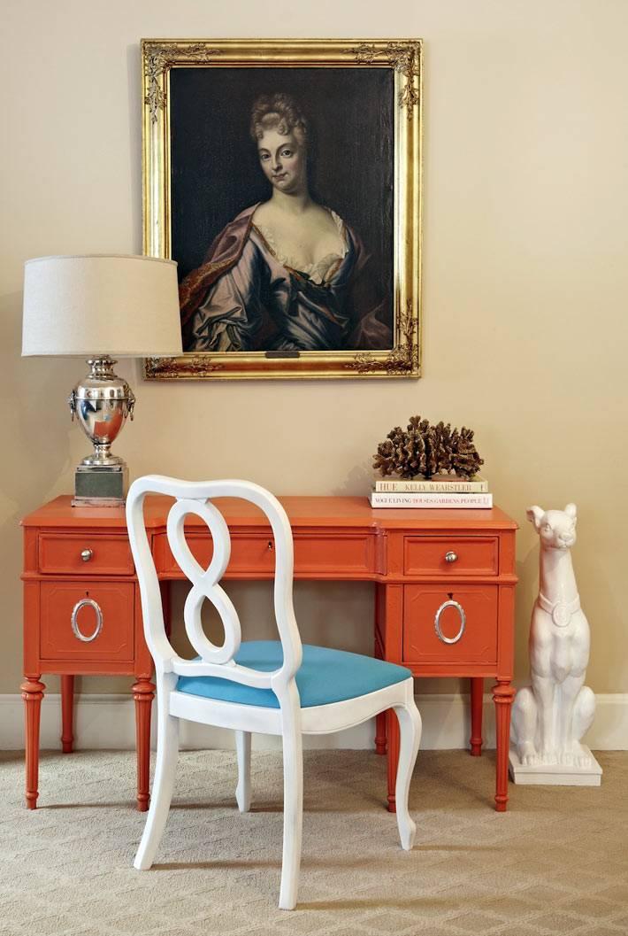 оранжевый письменый стол и голубой стул в доме