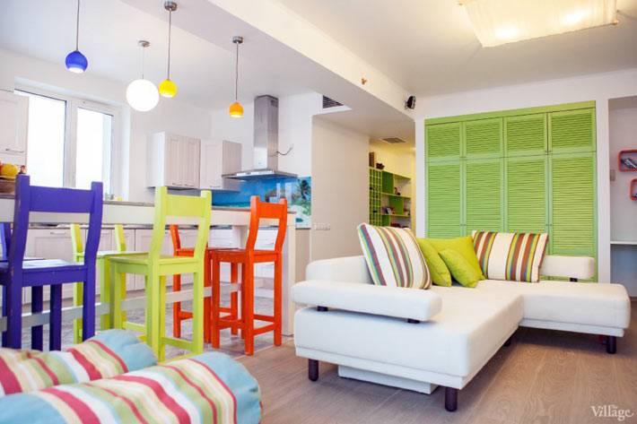разноцветные деревянные стулья для яркого интерьер кухни