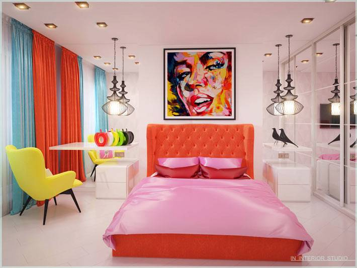 интерьер спальни с розовой кроватью и желтым креслом