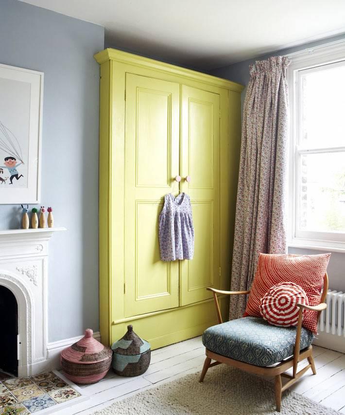 яркий желтый шкаф для одежды в интерьере спальни