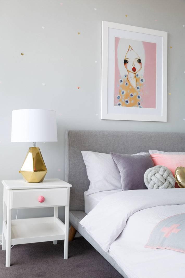серый цвет стен для детской комнаты и милый розовый рисунок на стене