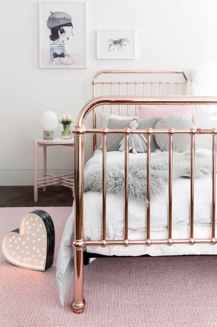 золотистая кровать в дизайне комнаты для девочки