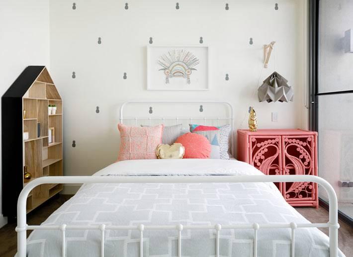 шкаф в виде домика в пастельном интерьере детской комнаты