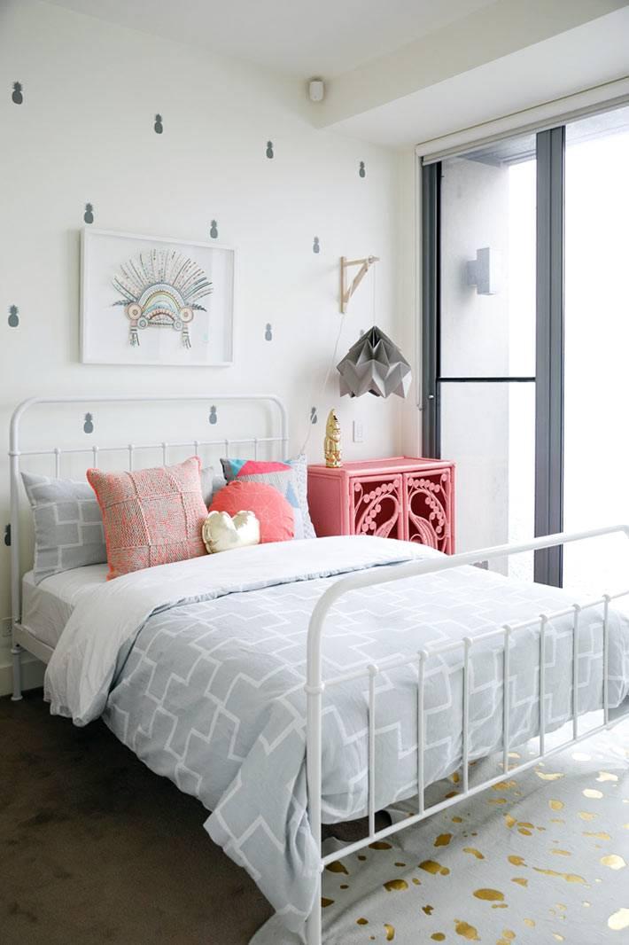 белая железная кровать и розовая тумбочка в детской комнате