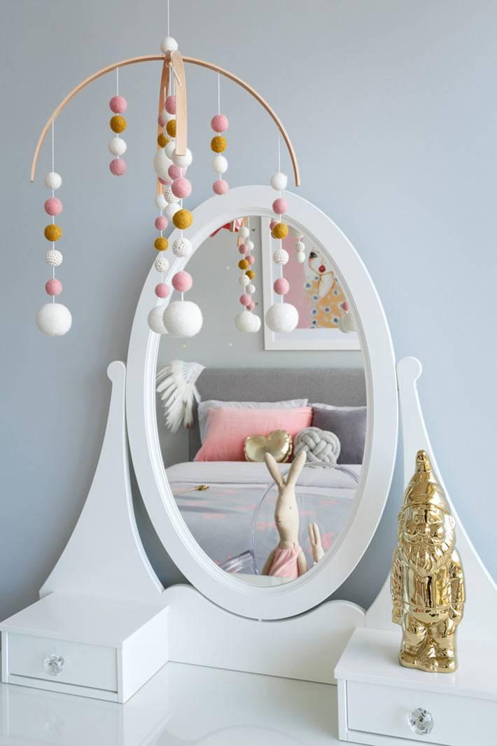 туалетный столик ИКЕА с овальным зеркалом в детской комнате