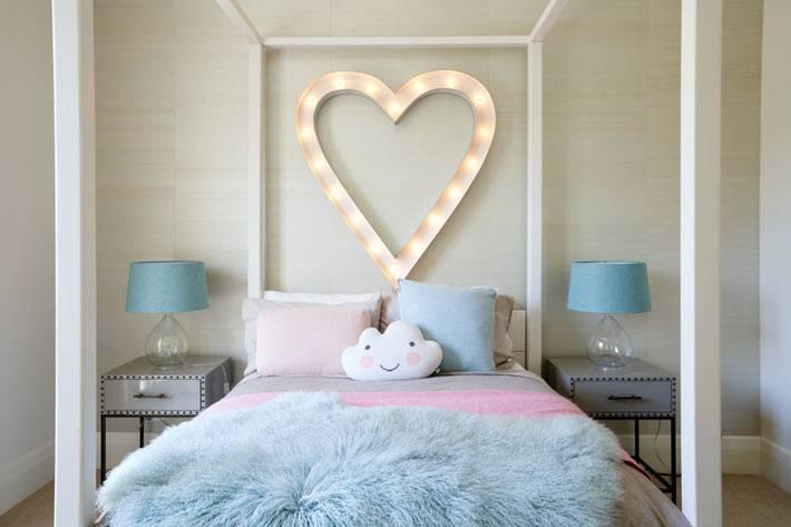светильник в виде сердца над деской кроватью фото