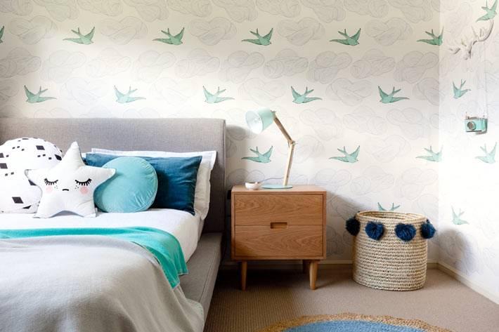 ретро мебель и плетеная корзина в интерьере детской комнаты
