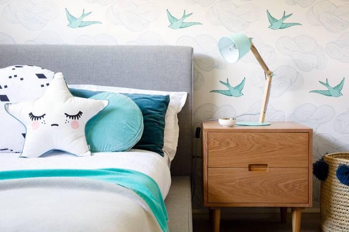 красивый дизайн интерьера детской комнаты с милыми диванными подушками