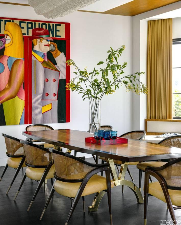 яркий постер в дизайне интерьера столовой с лакированным столом