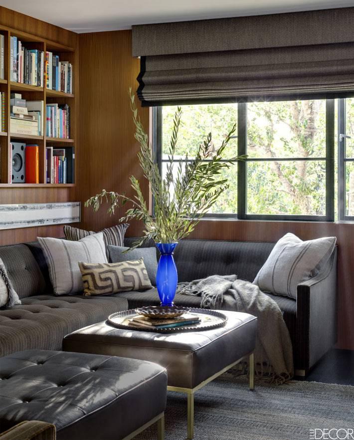 римские шторы серого цвета в тон серому дивану в комнате