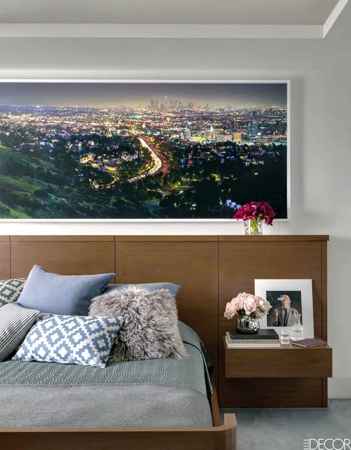 горизонтальная фотокартина над деревянным изголовьем кровати