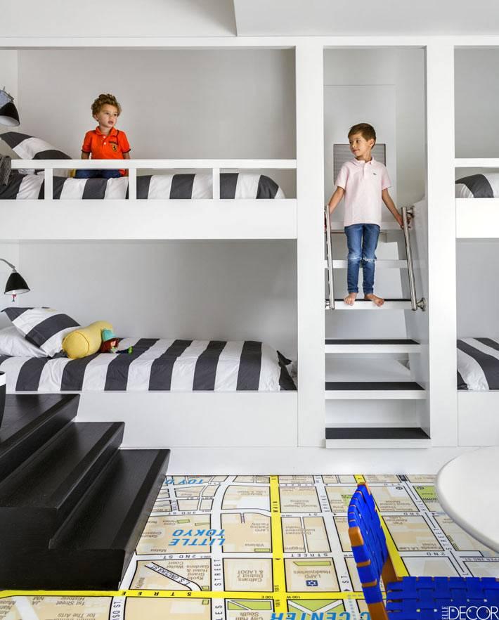 встроенные двухъярусные кровати в комнате для мальчишек