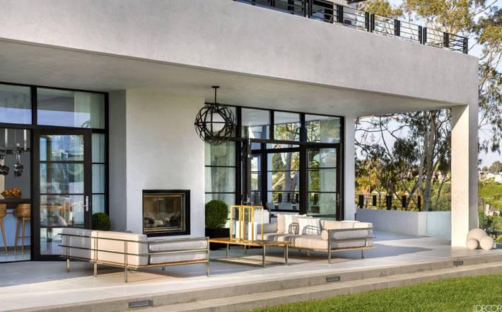 красивый современный дом с террасой в калифорнии