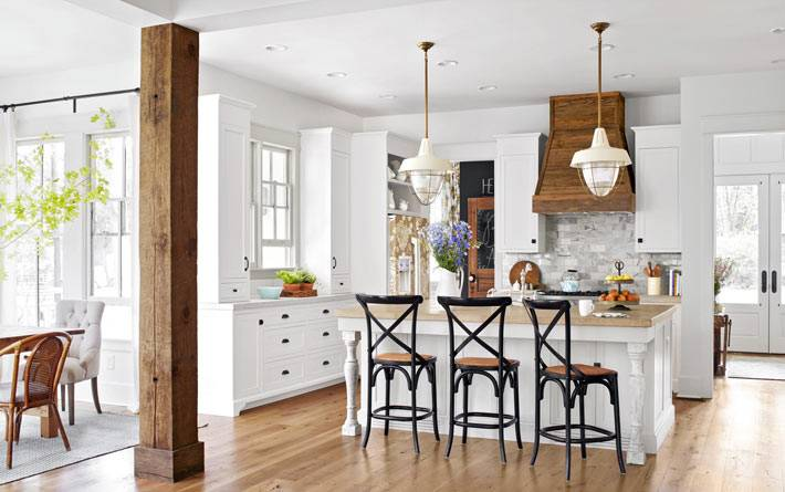 белая открытая кухня с деревянной колонной фото