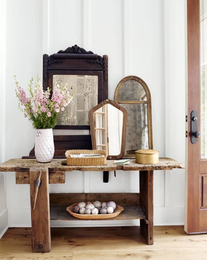 винтажная мебель и старинные зеркала в интерьере дома