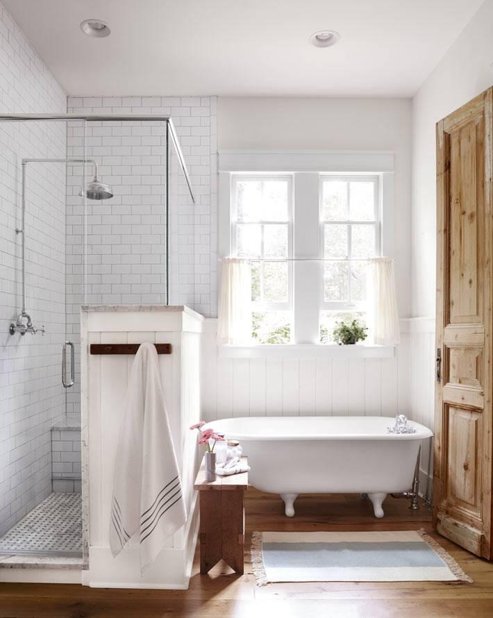 белая ванная комната в деревенском стиле