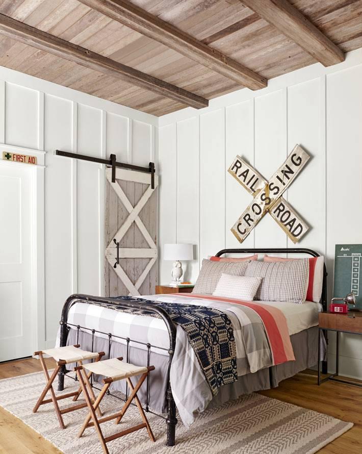 сельский колорит в спальне загородного дома фото
