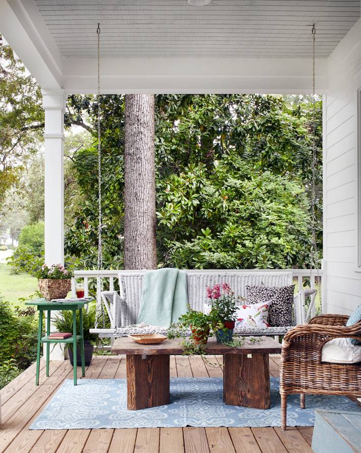терраса с подвесной качелей и плетеными креслами фото
