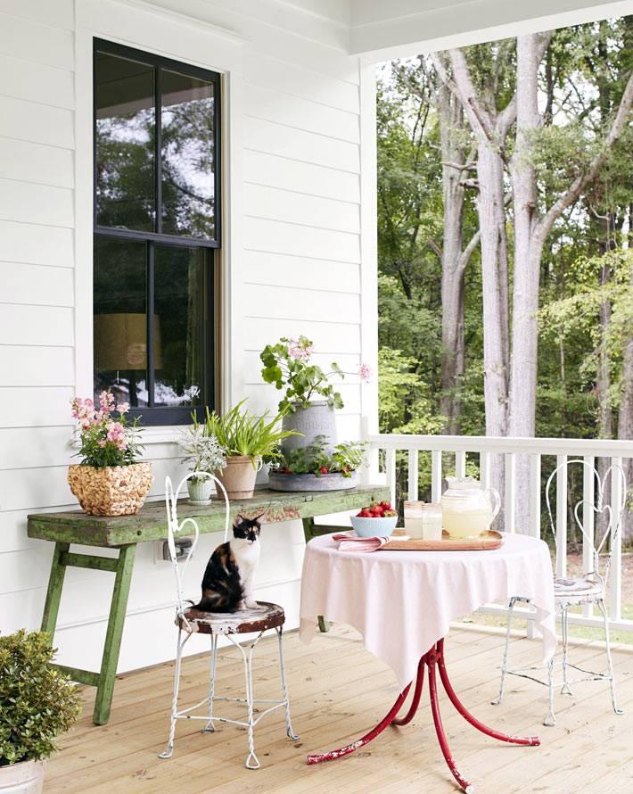 круглый стол для завтраков на белой террасе