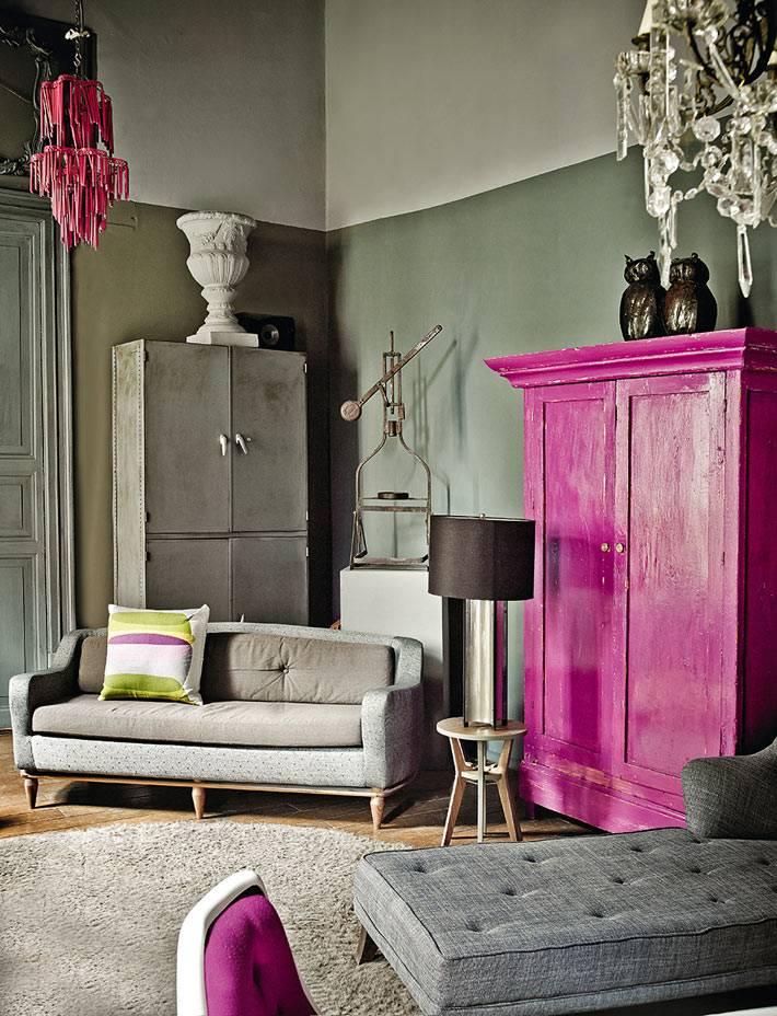 розовый шкаф в сером интерьере фото