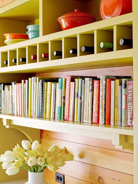 хранение кулинарных книг на поллке в кухне