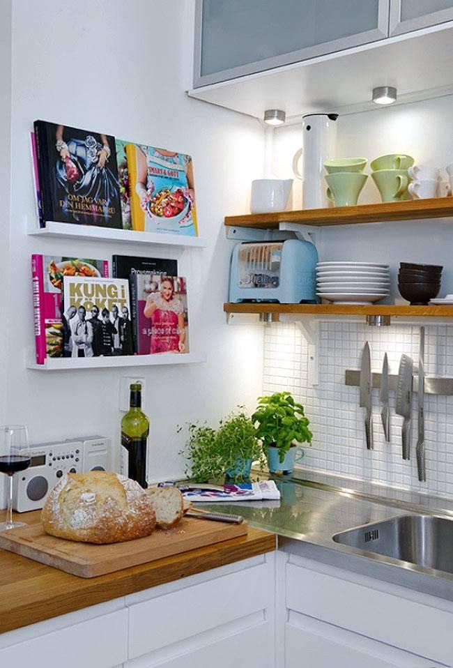 открытые полки для хранения кулинарных книг
