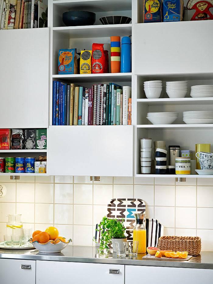 открытые полки на кухне для кулинарных книг и кухонной утвари