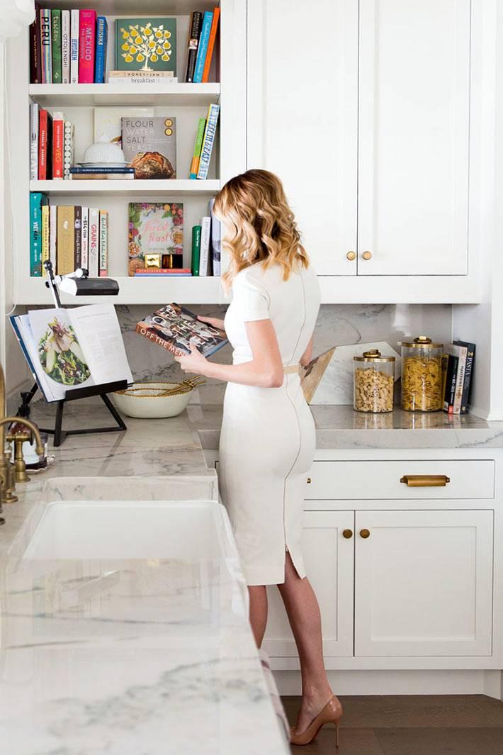 кулинарные книги в интерьере кухни на полках