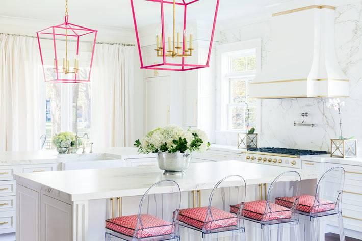 розовые светильники в интерьере кухни фото
