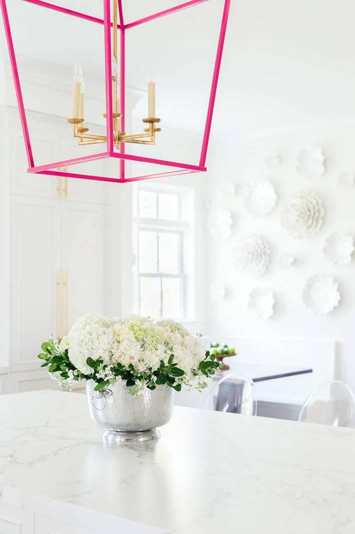 белый декор на белой стене в интерьере кухни