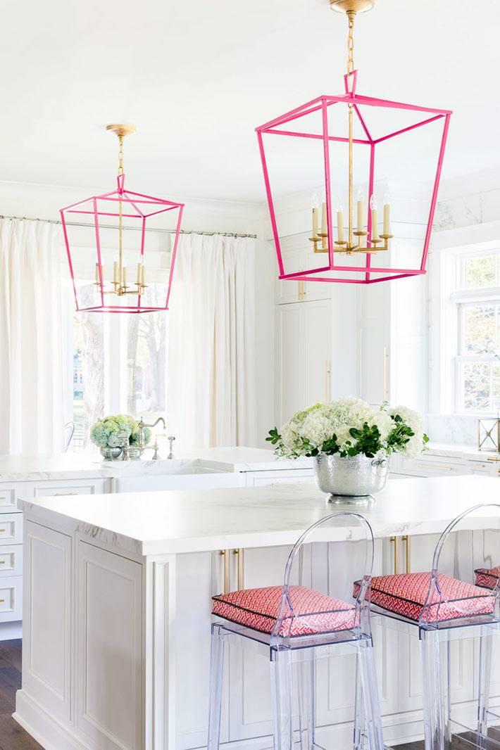 фотографии красивого интерьера кухни с розовыми люстрами