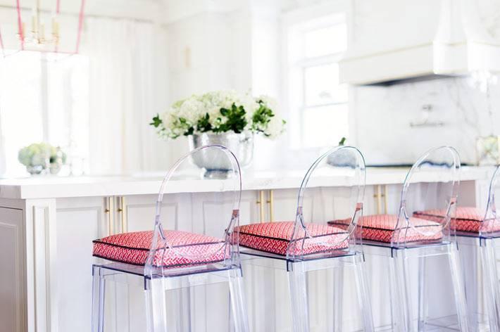 розовый цвет стульв в дизайне интерьера кухни фото