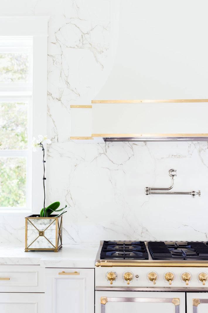 золото и мрамор в дизайне интерьера кухни фото